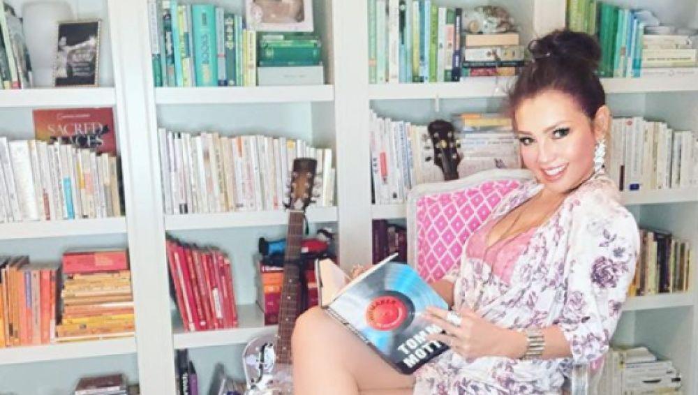 Thalia publica una foto en pijama leyendo y le llueven las críticas