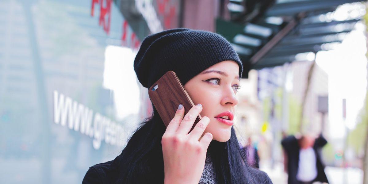 Una chica habla por teléfono