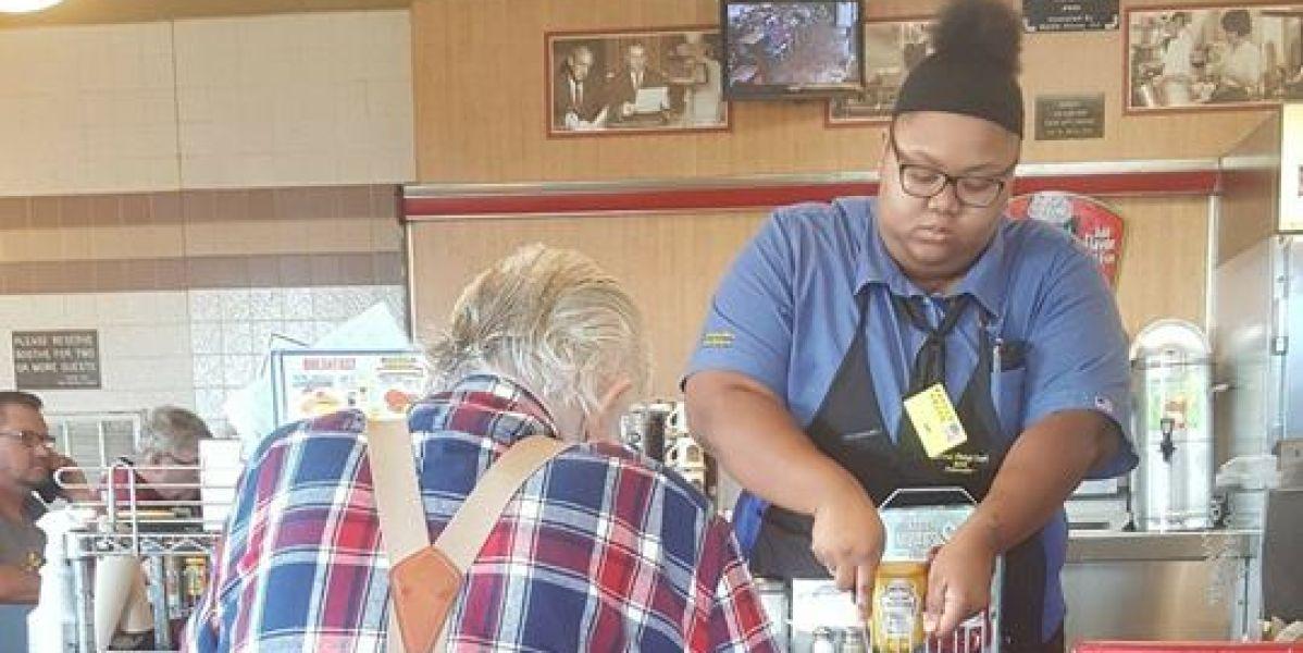 Evoni Williams ayudando a cortar el filete de este anciano
