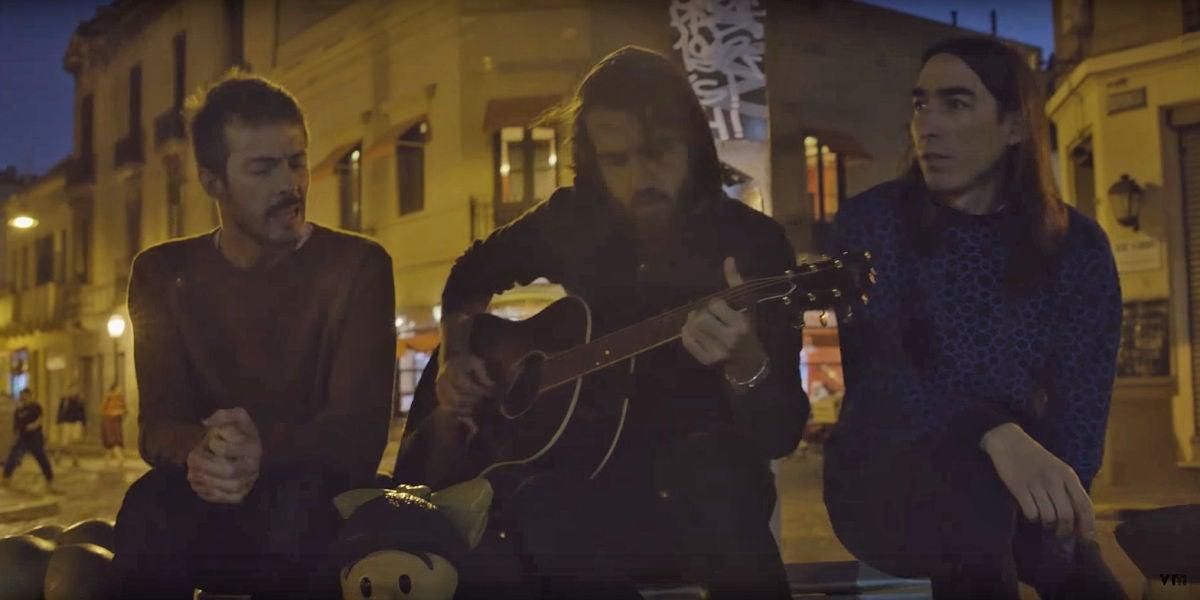 Pucho, Guille y el Indio interpretando 'Profetas del Mañana'