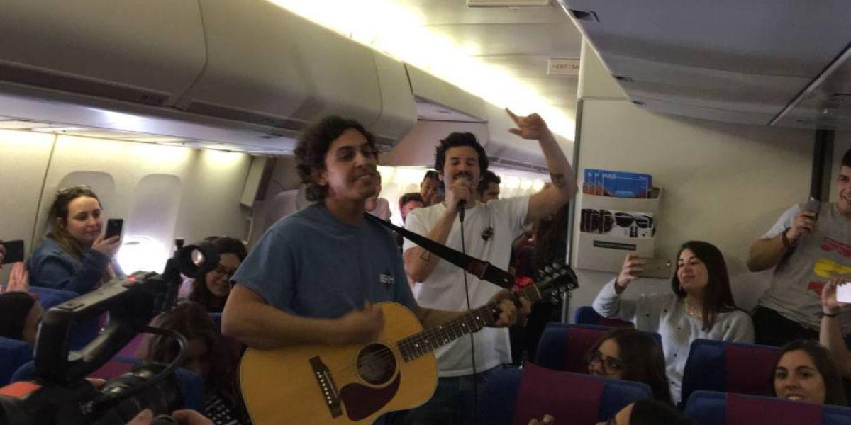Taburete sorprende al pasaje de un vuelo a Cancún