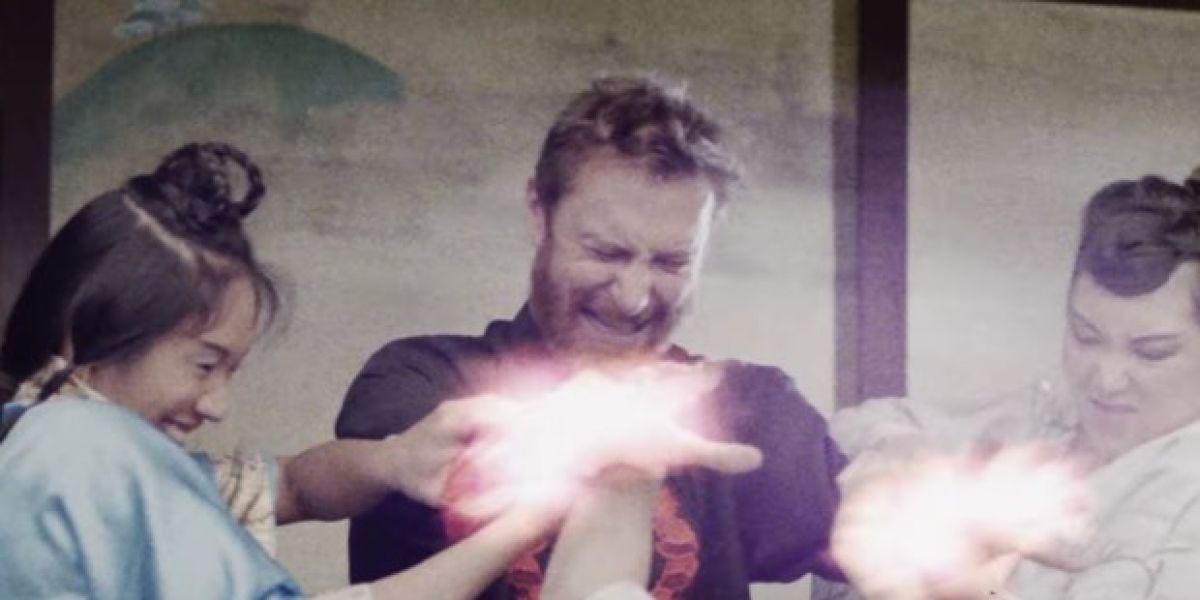 David Guetta en el videoclip de 'Flames'