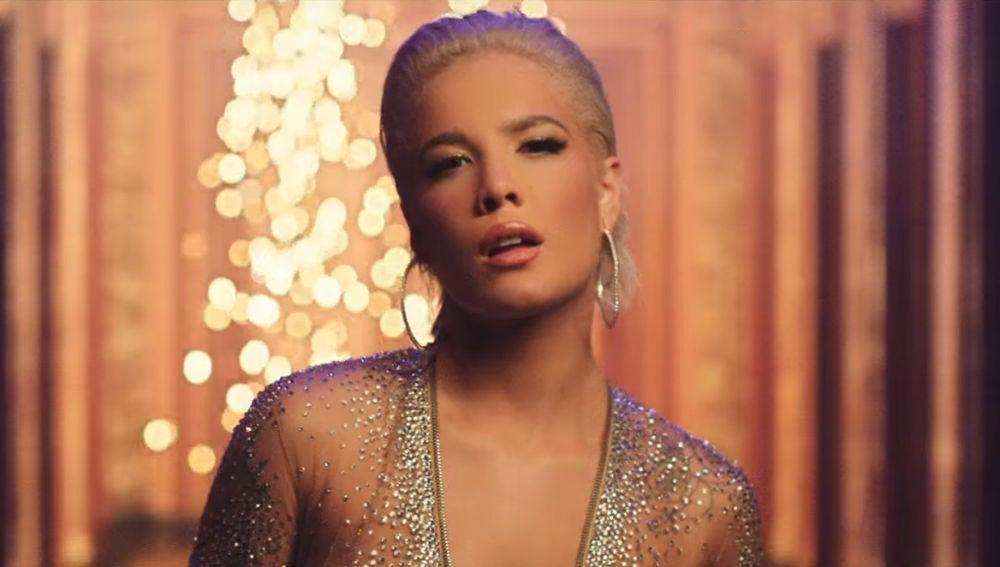 Halsey en el vídeo de 'Alone'
