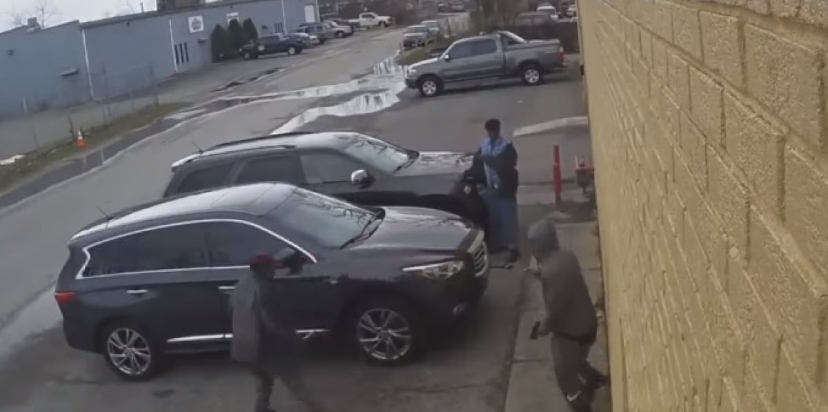 Un anciano de 85 años evita con una llave inglesa que asalten con una pistola a su hermano