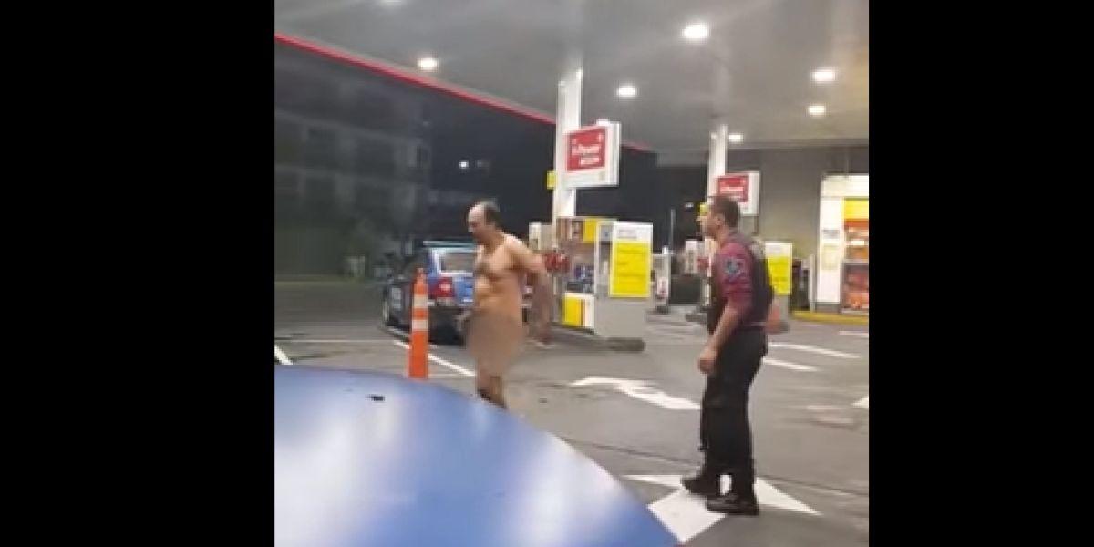 Se le atasca un juguete erótico en el recto y sale desnudo a la calle a pedir ayuda