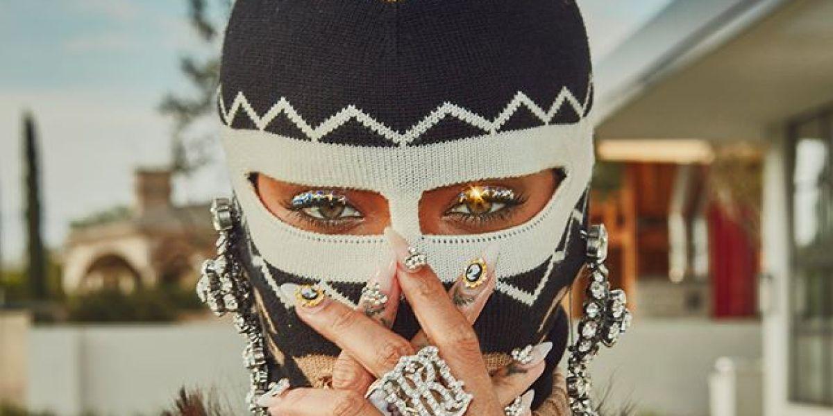 Rihanna con un pasamontañas de Gucci en el Coachella