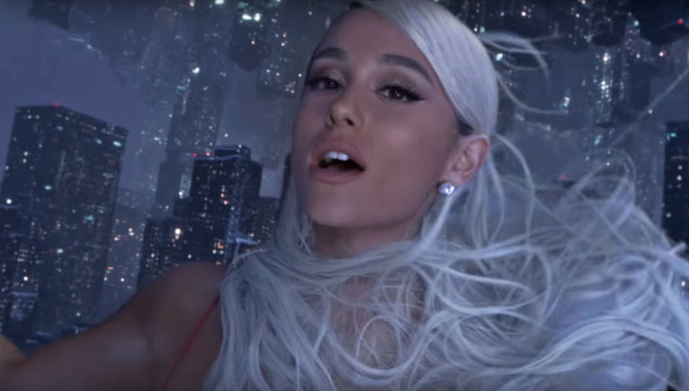 Ariana Grande en el videoclip de 'No Tears Left To Cry'