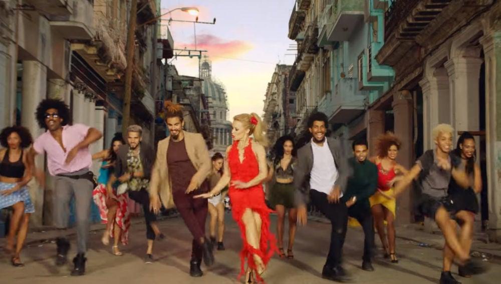 Kylie Minogue en el videoclip de 'Stop Me From Falling'