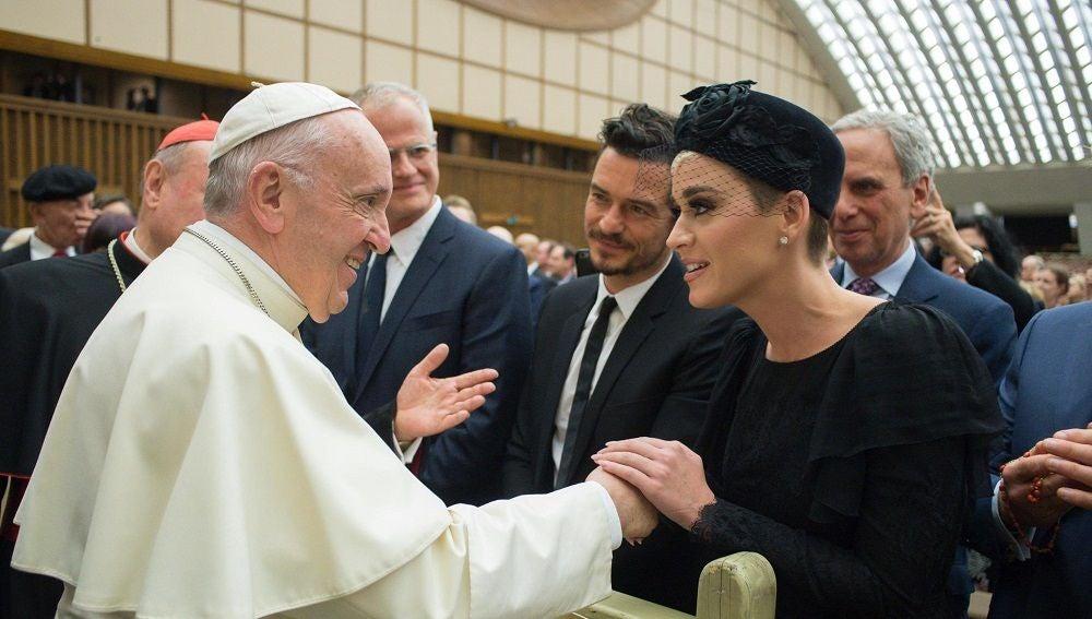 El papa Francisco saluda a Katy Perry, Orlando Bloom y Peter Gabriel