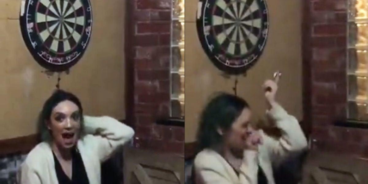 Su novio le lanza un dardo en el ojo