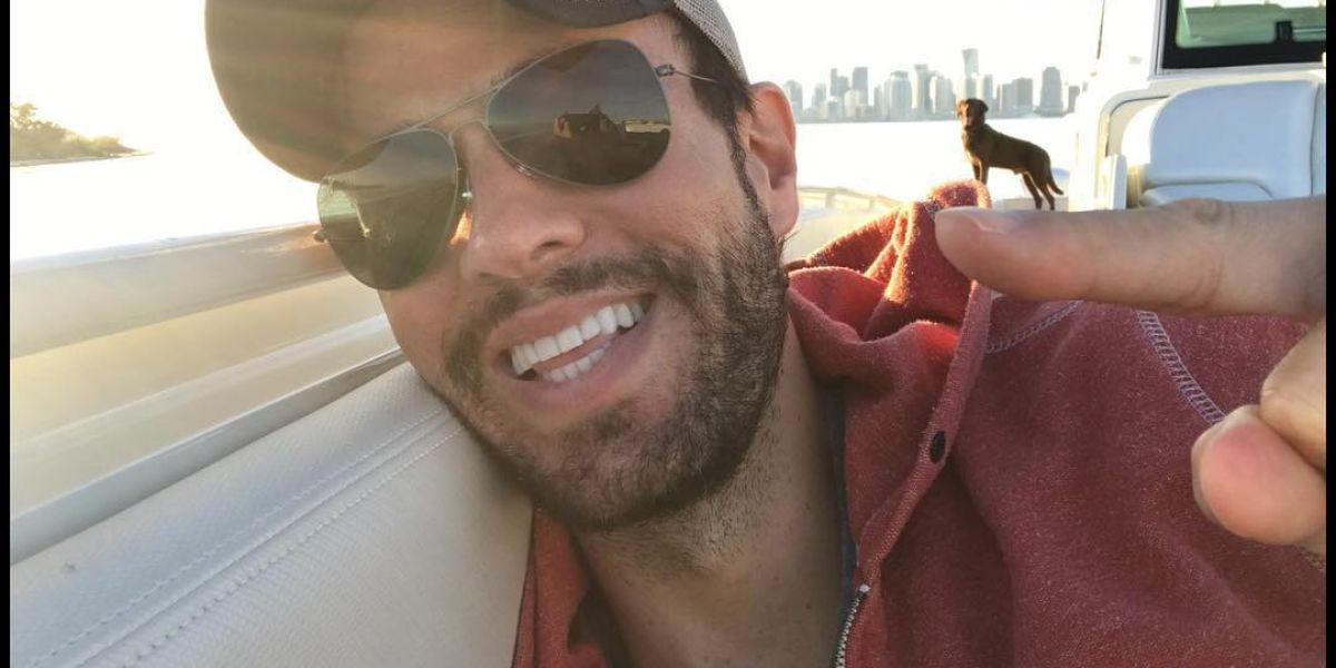 Enrique Iglesias en su barco