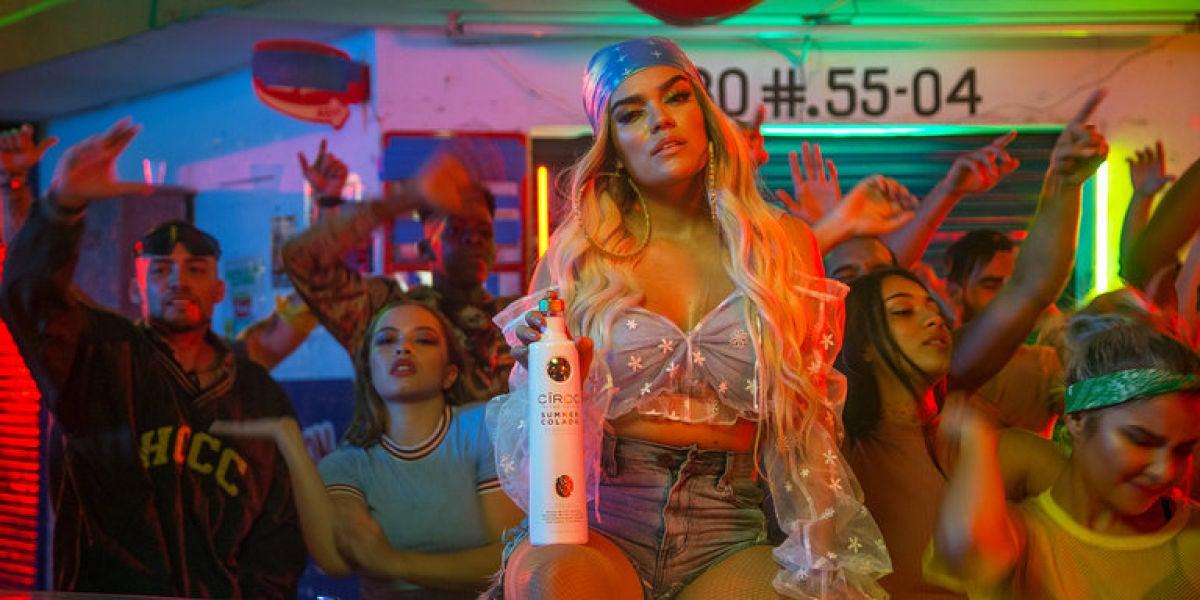 Karol G en el videoclip de 'Mi Cama'