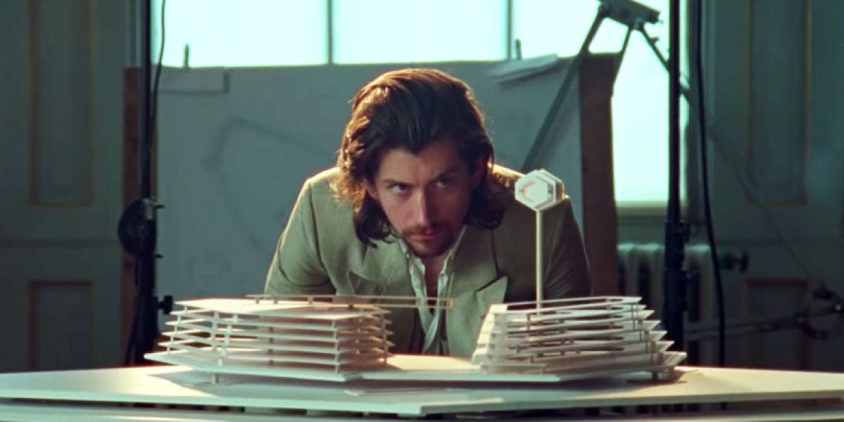 Alex Turner de Arctic Monkeys en el videoclip de 'Four Out Five'