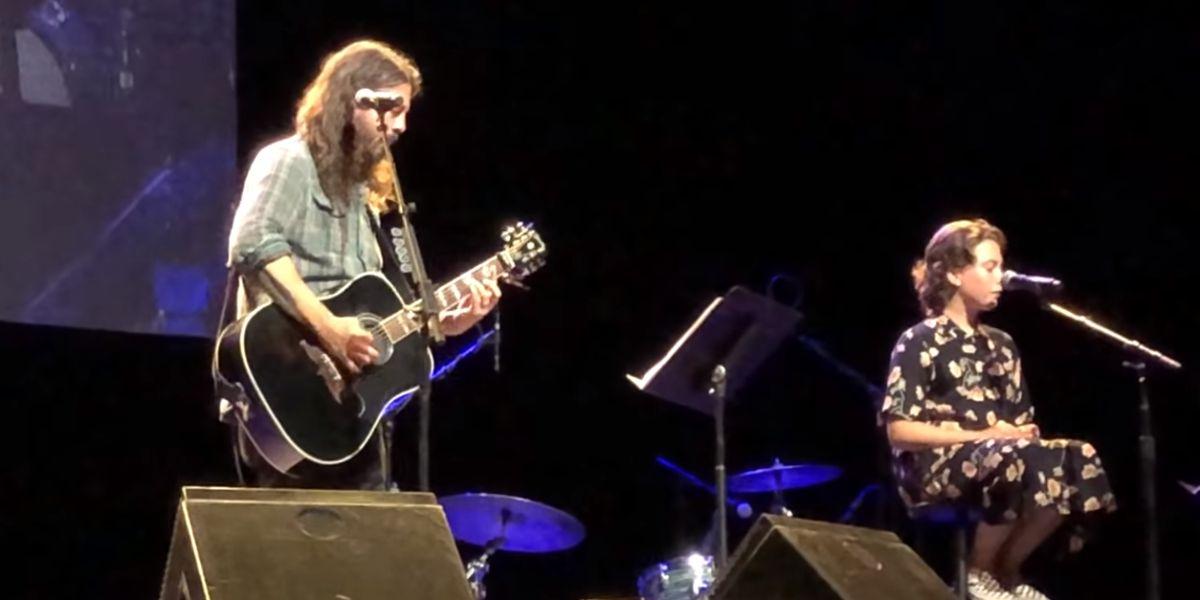 Dave Grohl interpreta un tema de Adele junto con su hija Violet