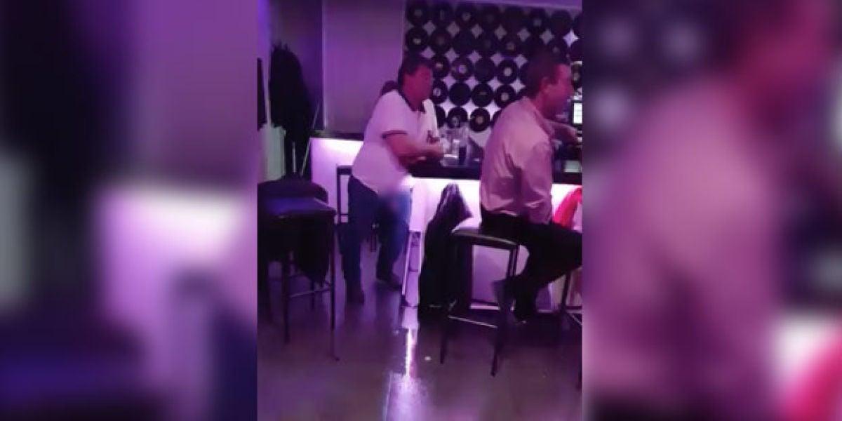 Meando en la barra del bar