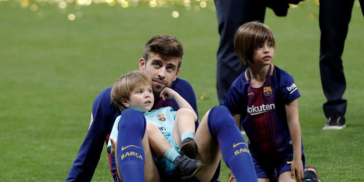 Gerard Piqué junto con sus hijos, Sasha y Milan, celebrando el triunfo del Barça en la Copa del Rey 2018