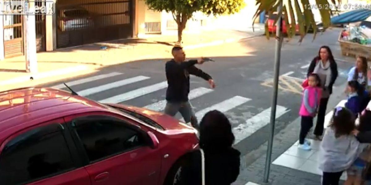 Intenta atracar a punta de pistola en la puerta de un colegio y lo mata una de las madres