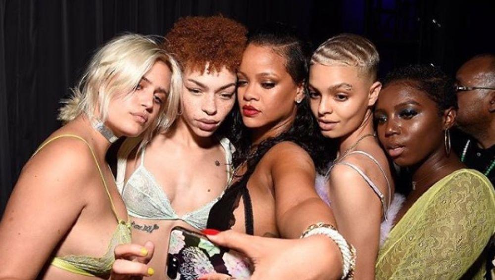 Rihanna con las modelos de Savage X Fenty