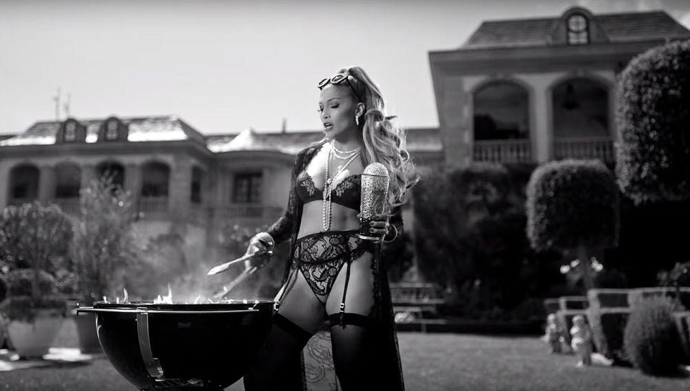 Jennifer Lopez haciendo una barbacoa en el videoclip de 'Dinero'