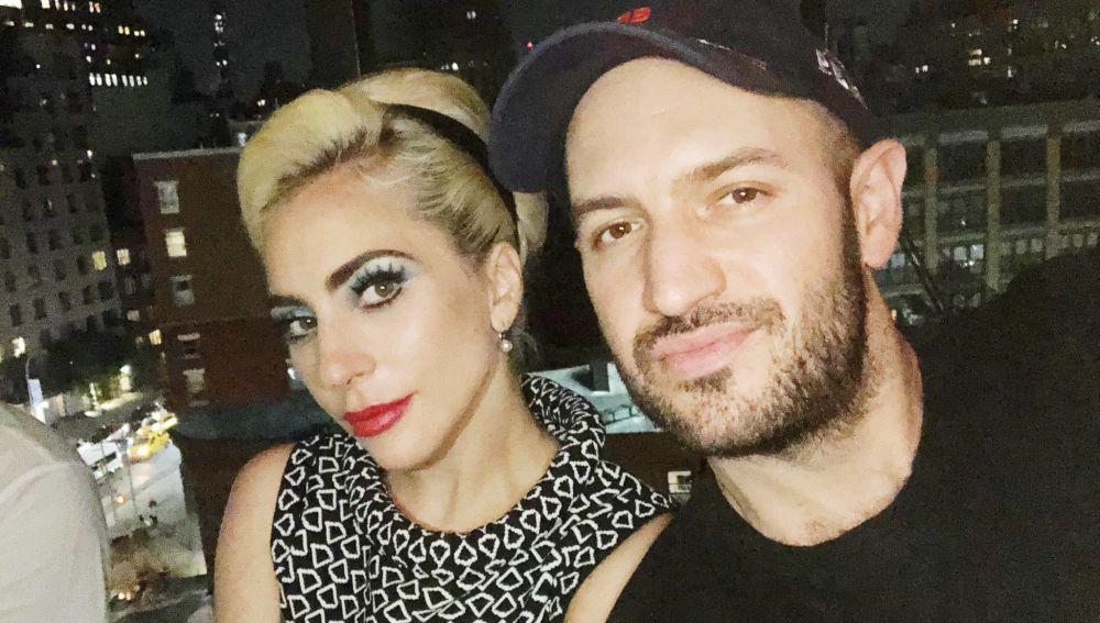 Lady Gaga con su mánager Bobby Campbell