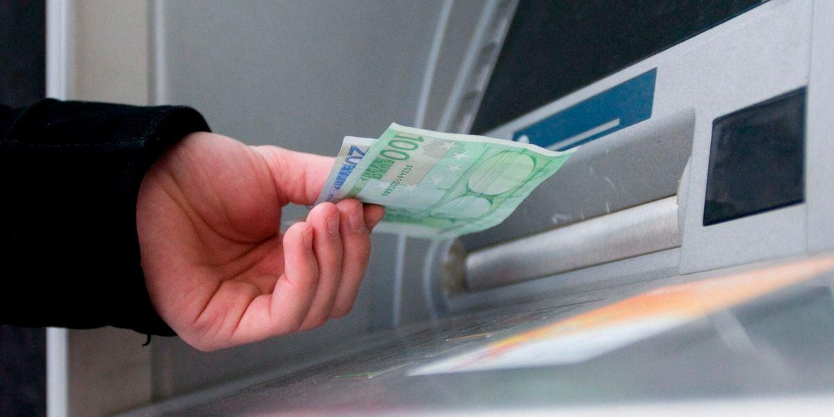 Un hombre saca euros de un cajero automátic