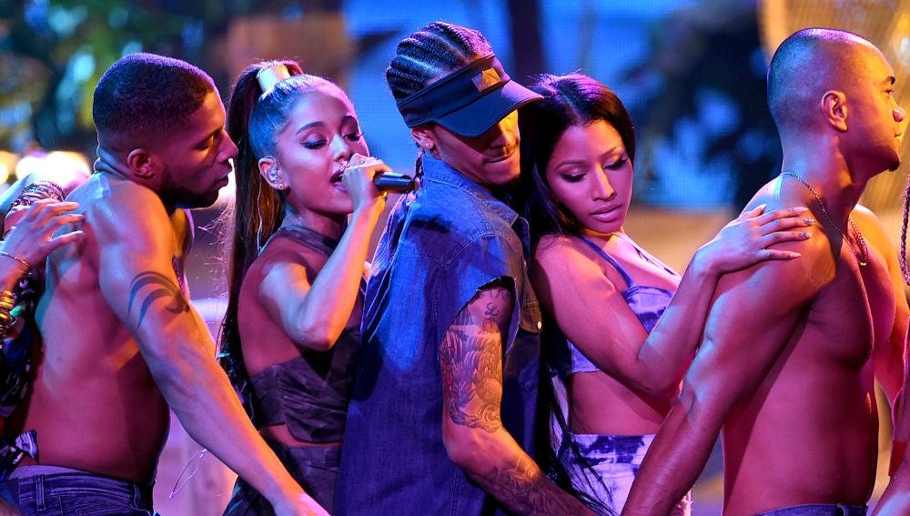 Ariana Grande y Nicki Minaj durante su actuación en los American Music Awards 2016