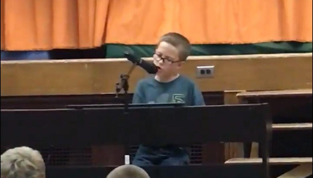 El pequeño Adam interpretando a piano 'Imagine' de John Lennon