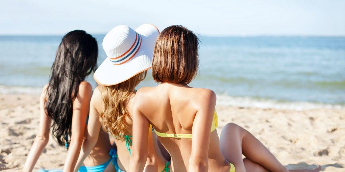 Tres chicas en la playa