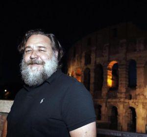 Russell Crowe junto al Coliseo de Roma