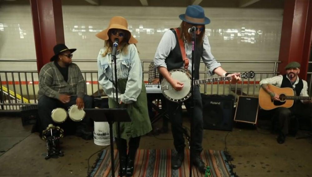 Christina Aguilera y Jimmy Fallon cantan como artistas callejeros en el metro de Nueva York