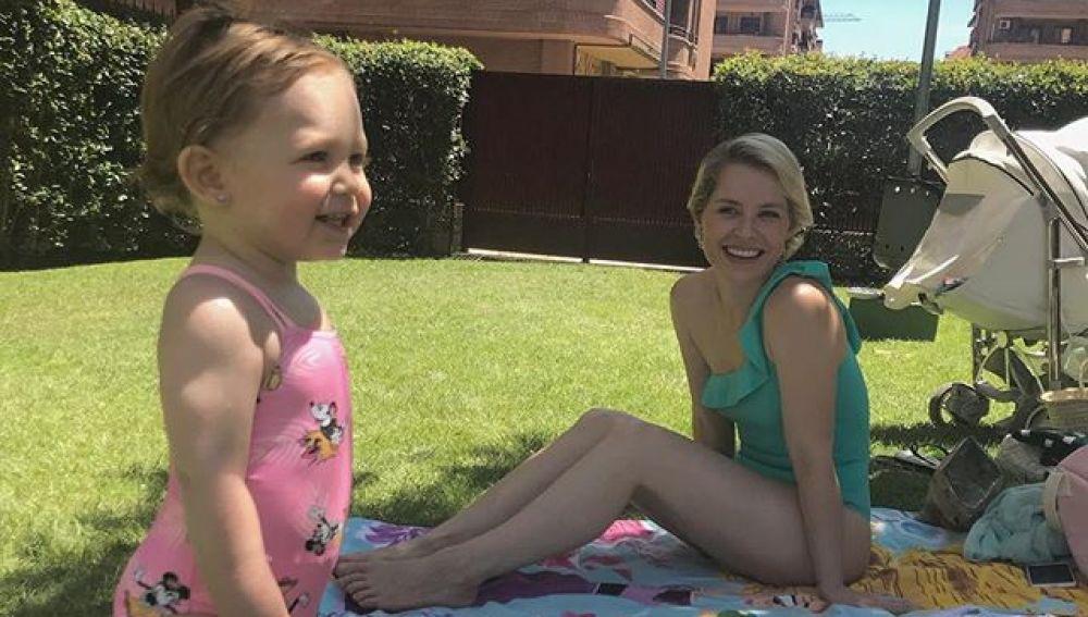 Soraya Arnelas y su hija Manuela en la piscina