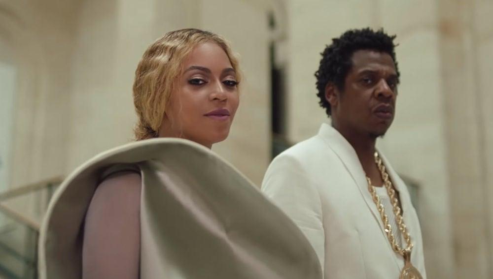 Beyoncé y Jay Z en el videoclip de APESHIT, grabado en el Louvre