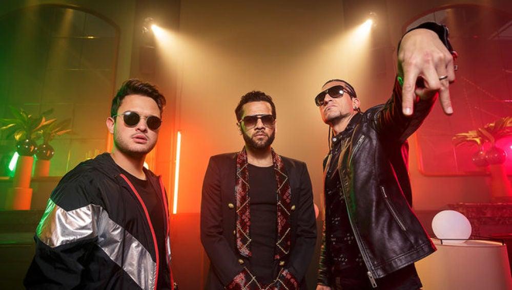 Thiago Matheus, Dani Alves y Pinto 'Wahin' en el videoclip de 'Suave'
