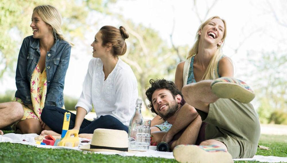 Un grupo de jóvenes haciendo un picnic