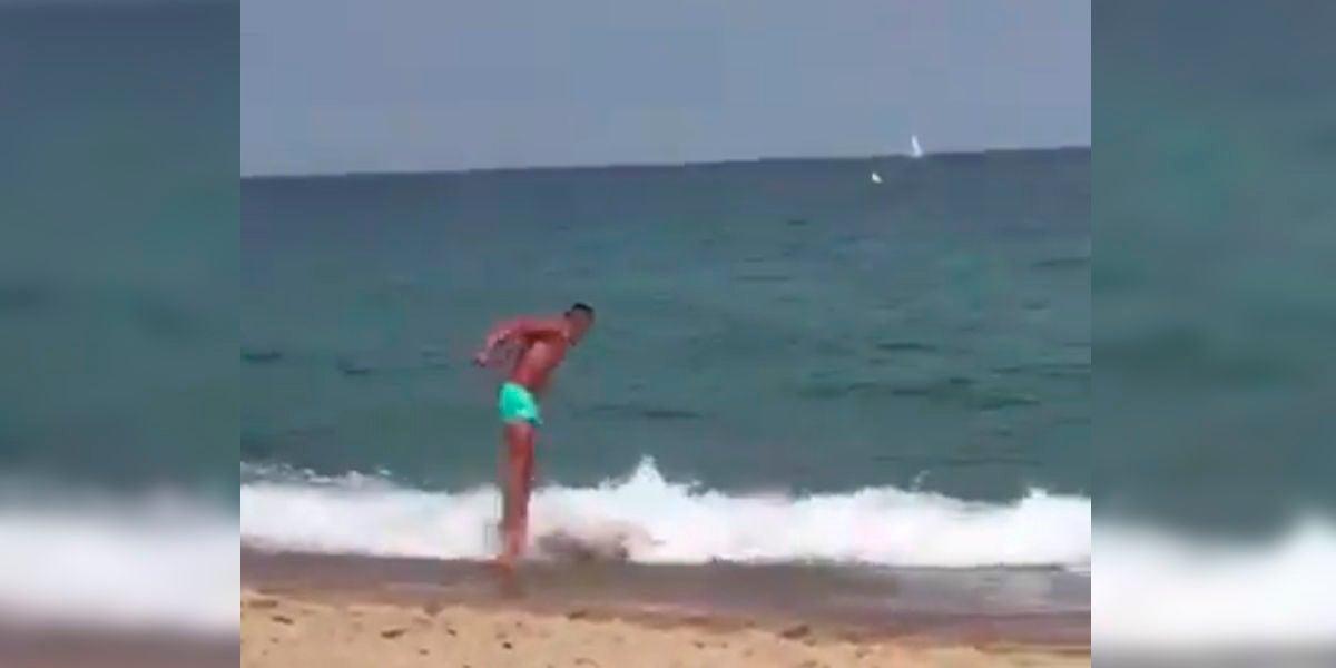 La absurda forma de entrar en el agua en una playa de Cádiz
