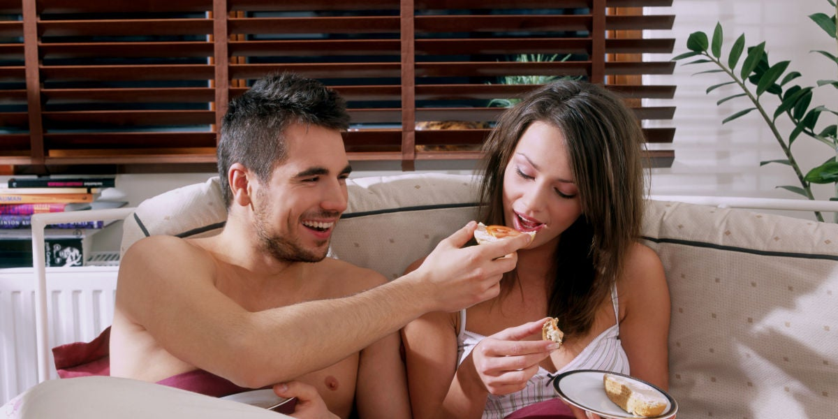 Una pareja desayunando en la cama