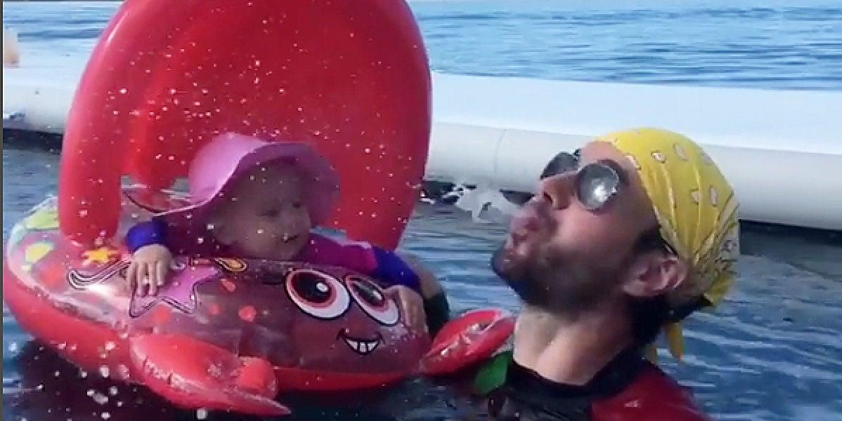 Enrique Iglesias jugando con su hija Lucy