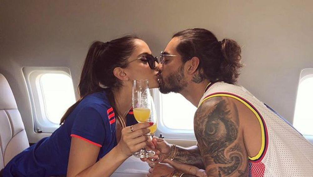 Natalia Barulich y Maluma brindando en el avión