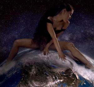 Fotograma del videoclip 'God is a Woman'