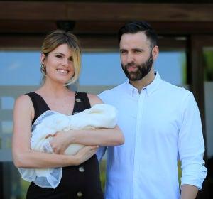 Adriana Abenia y Sergio Abad junto a su hija Luna