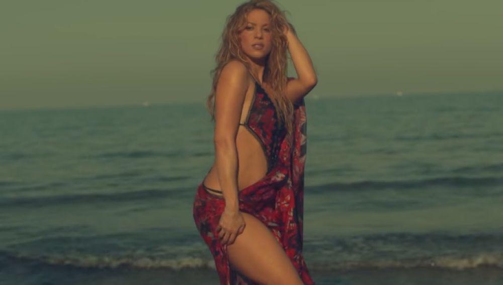 Shakira en el vídeo de 'Clandestino'
