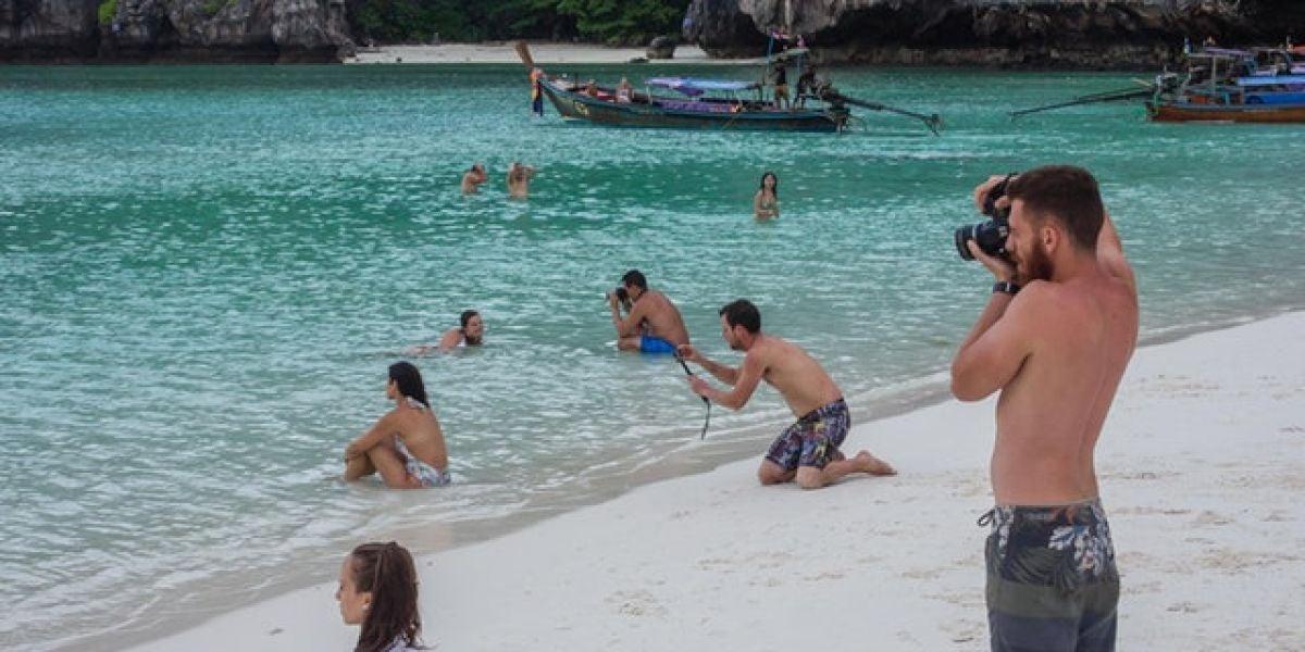 La imagen de varios chicos fotografiando a sus novias que se ha vuelto viral