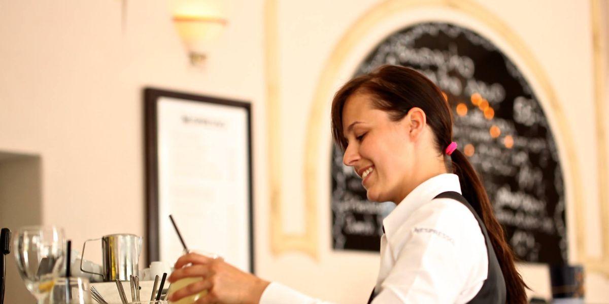 Una joven camarera