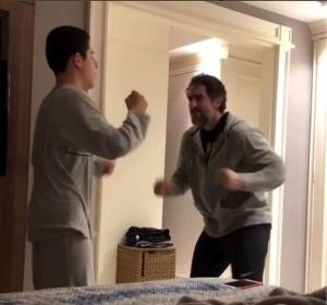 Marcos Mion bailando con su hijo Romeo