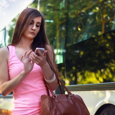 Peatona con el móvil