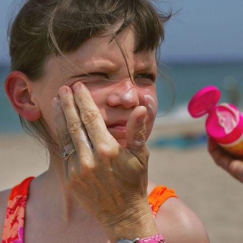 Es importante que los niños usen crema solar