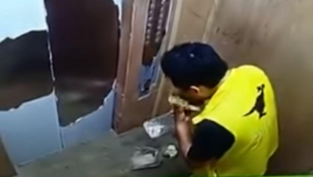 Pillan a un repartidor comiendo el pedido a domicilio que iba a entregar