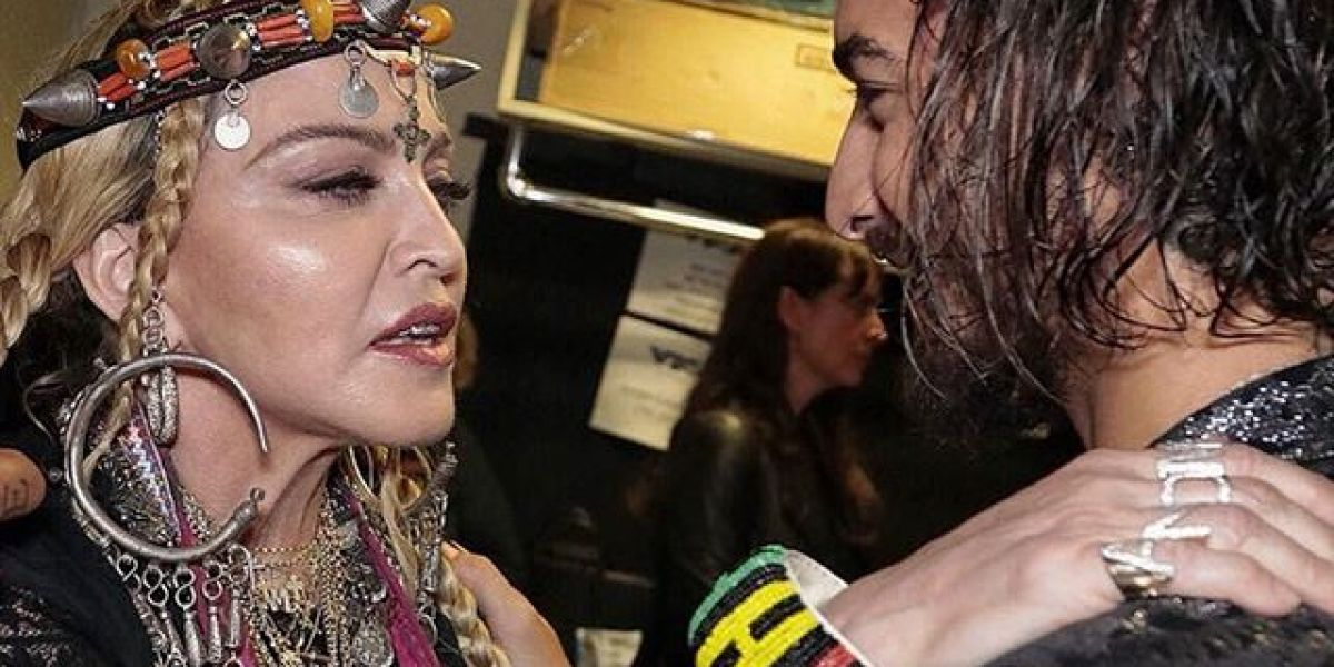 Madonna bendiciendo a Maluma
