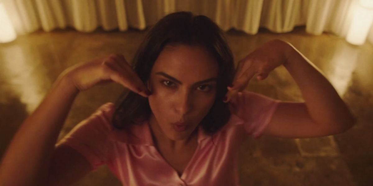 Camila Mendes en el videoclip de 'Side Effects' de The Chainsmokers