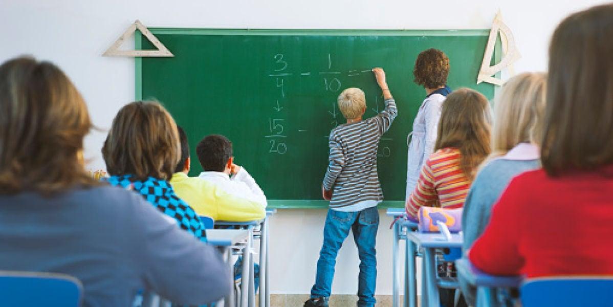 Dos profesores dan clase a un grupo de alumnos